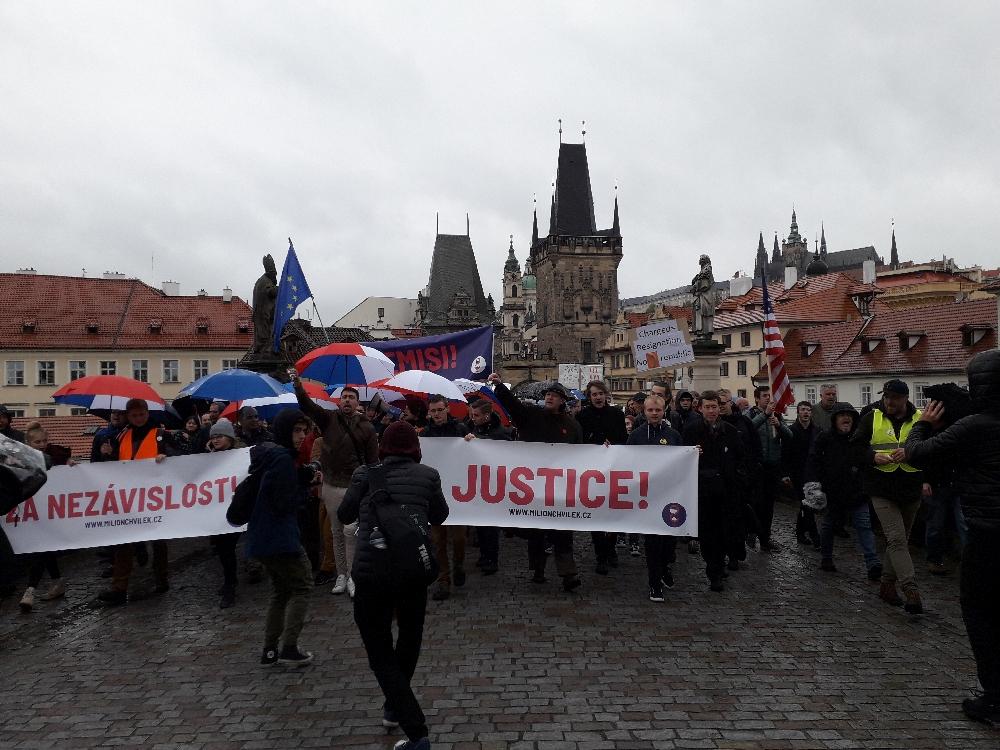 """""""Marsch für eine unabhängige Jusitz"""" auf der Prager Karlsbrücke"""