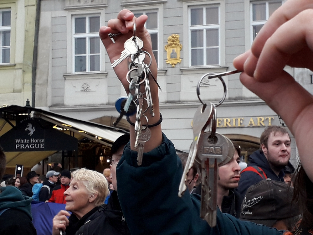 """Demonstranten klingeln mit dem Schlüsselbund. Eine Anspielung auf die """"Sanfte Revolution"""" 1989."""