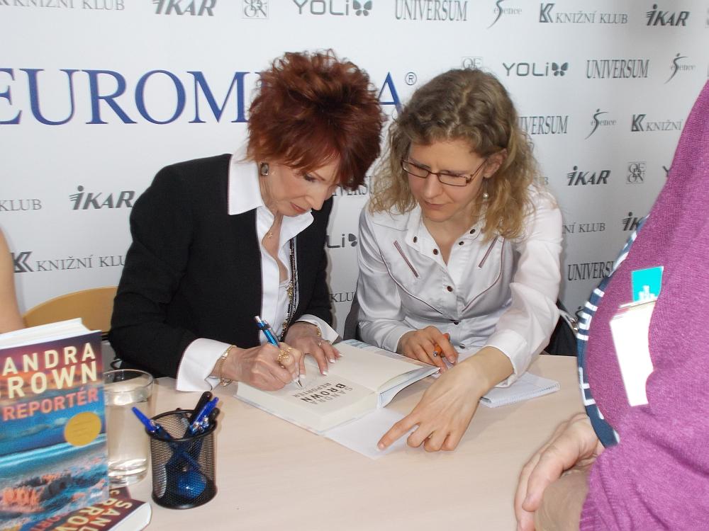 Sandra Brown signiert ihre Bücher. Die Fans stehen Schlange.