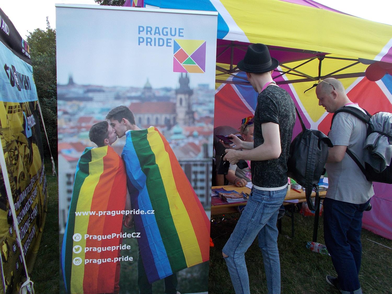 Das offizielle Veranstaltungsposter zu Prague Pride 2016. Zwei Männer, die den Blick auf die Prager Altstadt genießen.
