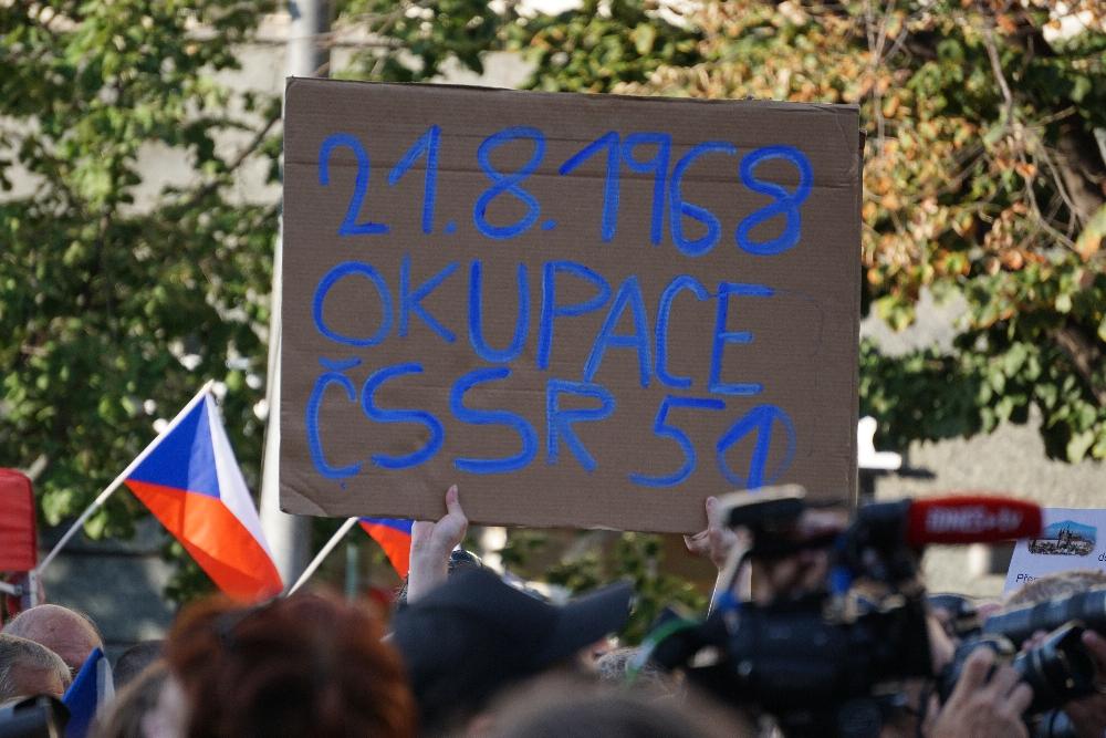 Ein Demonstrant erinnert an den Einmarsch der Warschauer Pakt-Truppen vor 51 Jahren. Foto: K. Kountouroyanis