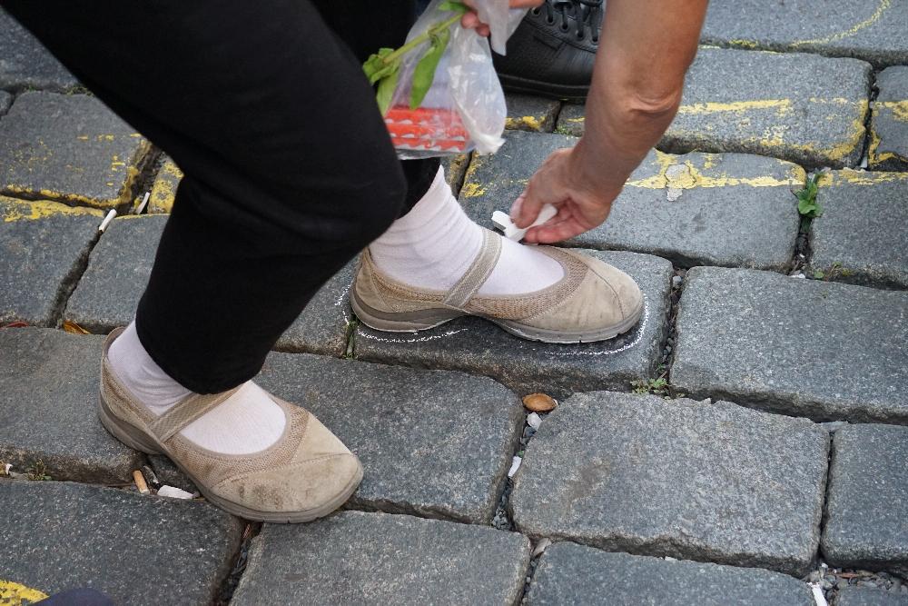 """""""Wir waren hier und wir stehen hier für all die Menschen, die ihr getötet habt."""" Sollen die Fußabdrücke vor der Parteizentrale der Kommunisten und auf dem Platz vor der Burg bedeuten. Foto: K. Kountouroyanis"""
