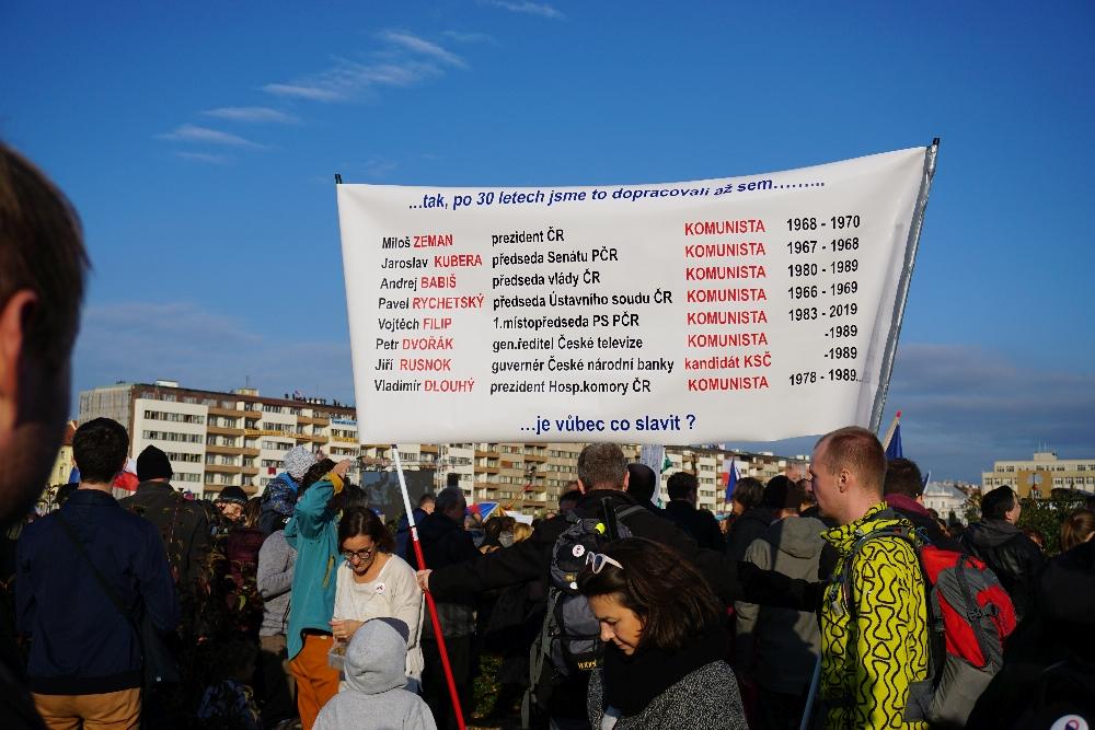 Ein weiteres Plakat mit dem Vorwurf, das ständig nur Alt-Kommunisten an der Macht gewesen seien. Foto: K. Kountouroyanis