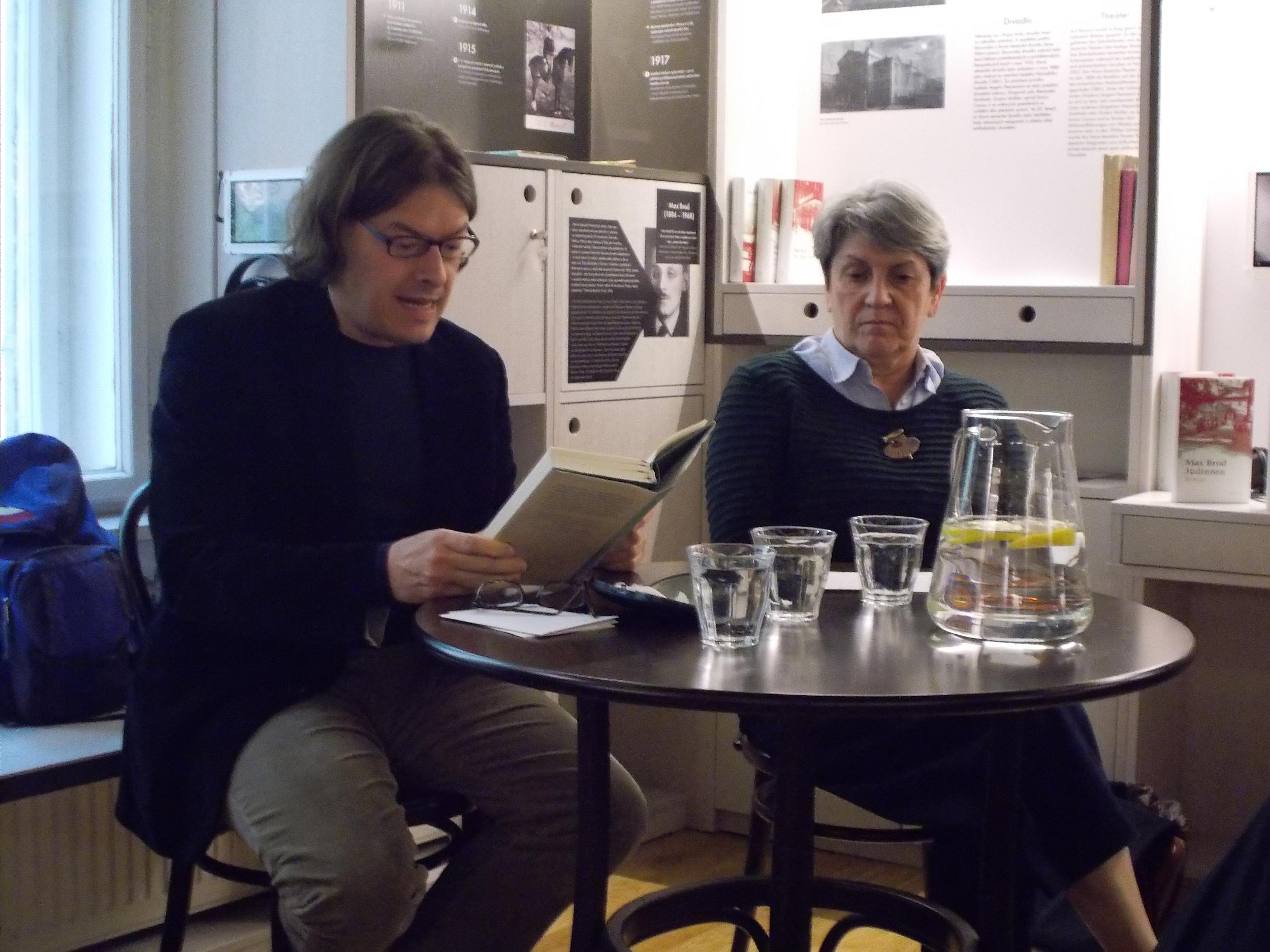 Akos Doma las im Prager Literaturhaus. Durch den Abend führte Libuše Černá.