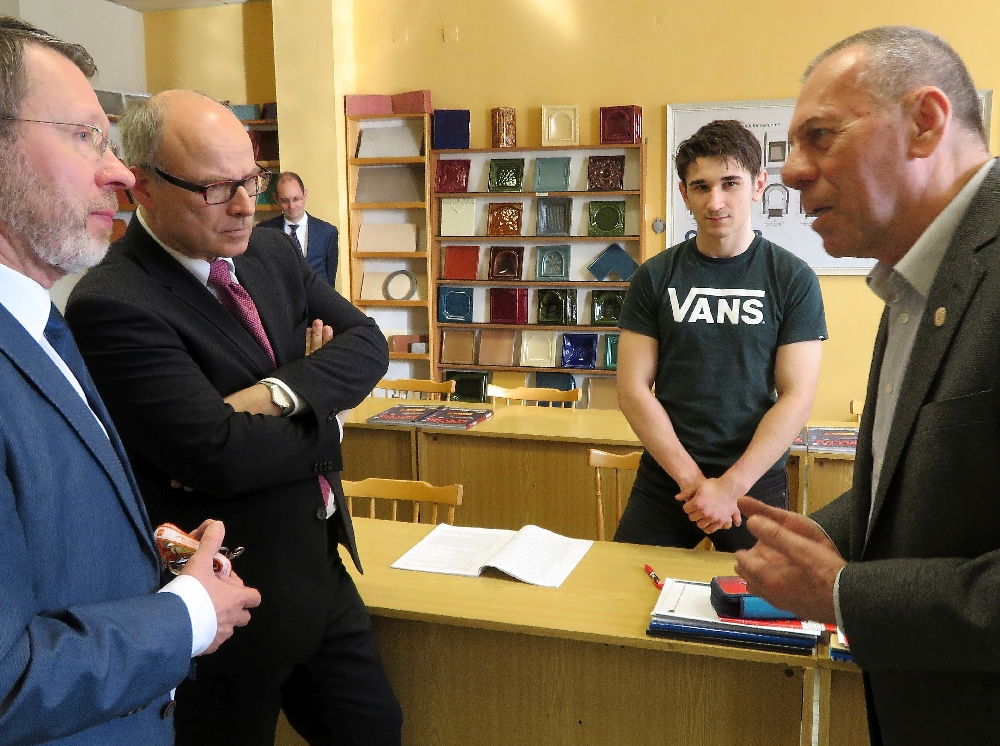 Besuch des Theorieunterrichts der Klasse der Ofensetzer an der Střední odborná škola Jarov. Senator Ties Rabe (zweiter von links) im Gespräch mit dem Innungsmeister (rechts im Bild).