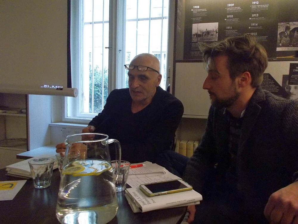 José F. A. Oliver (links im Bild) im Gespräch mit Tobias Pollok.