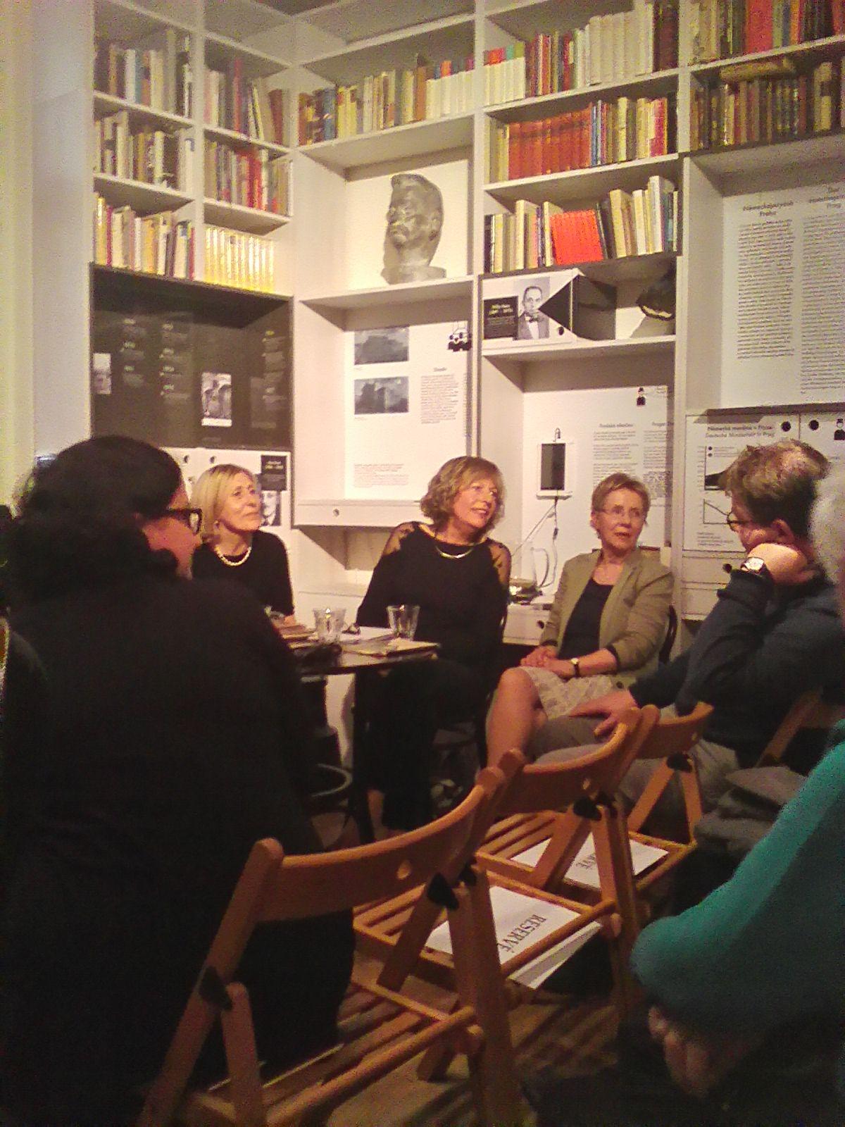 Anna Fodorova, die Tochter Lenka Reinerovás, im Gespräch mit Gästen.