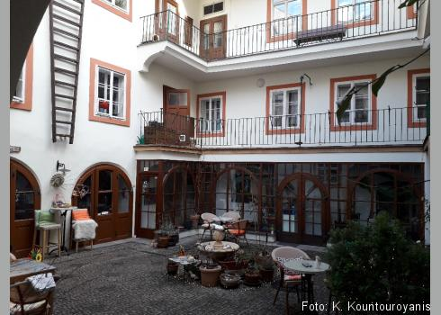 Pawlatsche bezeichnet im österreichischem Deutsch diese Architektur des Wiener Hinterhofstils.