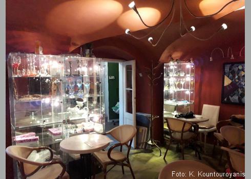 Café mit Gemälden und Glasarbeiten des Prager Künstlers Bořek Šípek (1949 – 2016).