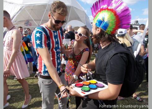 Voluntäre zeichneten kostenlos die Farben des Regenbogens auf den Unterarm oder die Wange.