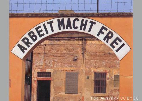 """Inschrift über dem Eingang zum """"Hof I"""" der Kleinen Festung im Ghetto Theresienstadt"""