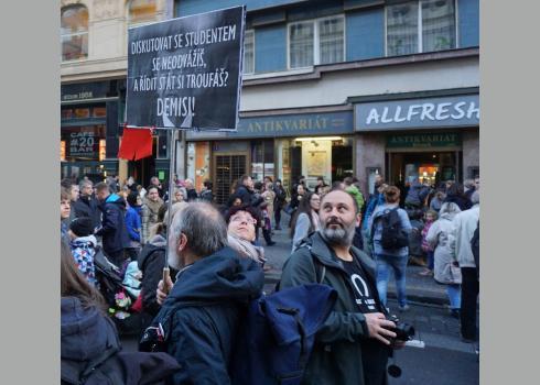 Passanten tragen ihren Protest gegen den amtierenden Premierminister während des Volksfestes auf die Straße. Foto: K. Kountouroyanis