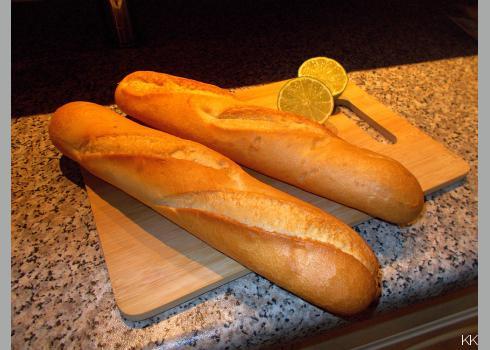 Das Baguette röste ich am liebsten im Backofen und bestreiche es mit Kräuterbutter.