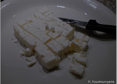 Den Feta-Käse einfach würfeln und in die große Salatschüssel geben.