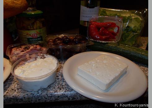 """Bei """"Greek Corner"""" (Haltestelle """"Kamenická""""/Milada Horákvé) bekam ich Oliven, Oktopus, Tzatziki, Feta und die gefüllten Peperonis"""
