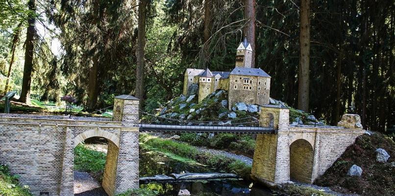 Burg Loket mit Brücke (Modell im Park Boheminium)